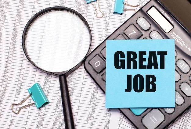 На столе отчеты, увеличительное стекло, калькулятор и синяя наклейка с надписью great job. бизнес-концепция