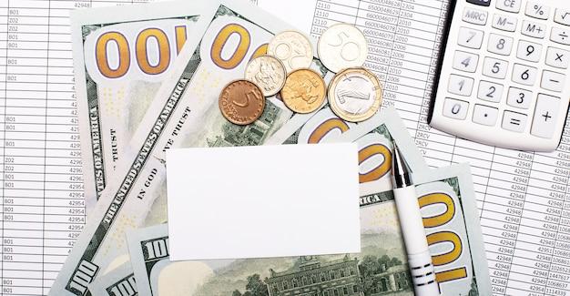 На столе отчеты, деньги, калькулятор, ручка и белая пустая карточка. бизнес-концепция.