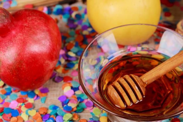 На столе в праздновании рош ха-шана еврейский новогодний праздник