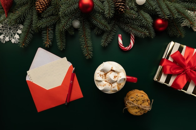테이블에는 크리스마스 소원이 담긴 편지가 있습니다.
