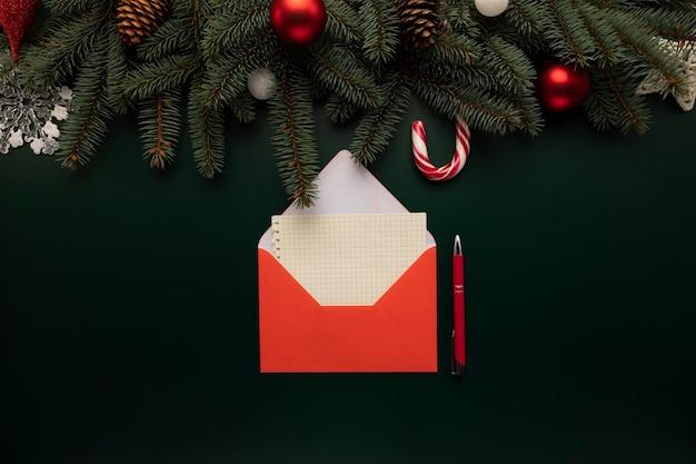 테이블에는 산타 클로스를위한 크리스마스 소원이 담긴 편지가 있습니다.