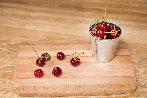 작은 양동이에 테이블에 빨간 체리