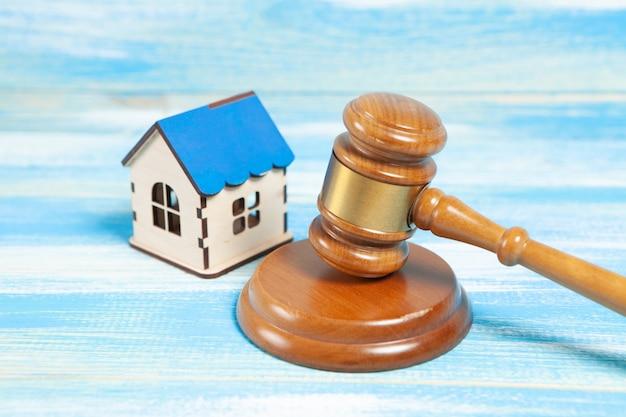 На столе судьи молоток и дом. судебный процесс