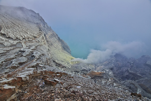 インドネシアのイジェン火山の頂上