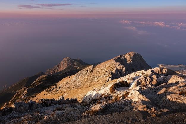 На вершине агион орос (гора афон) в греции. горный пейзаж и спокойная природа.