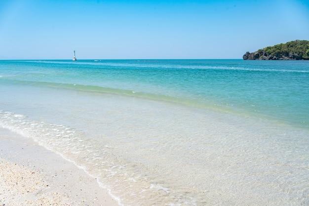 リペ島に向かう途中、青い海、美しい水、美しい白いビーチ。タイのサトゥーン県ラグー県タルタオ島にあるカイ島に石があります。