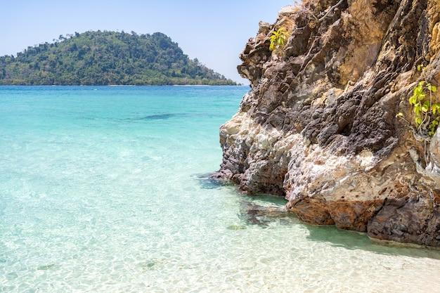 リペ島に向かう途中、青い海、美しい水、美しい白いビーチ。カイ島に石があり、サトゥーンのラグー地区タルタオ島にあります。