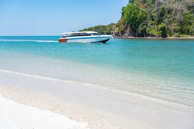 リペ島に向かう途中青い海、美しい水、美しい白いビーチを見下ろすスピードボートで。場所タイ、サトゥーン県ラグー地区タルタオ島