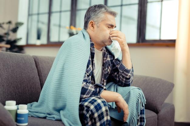 回復の途上。病気と戦おうとしている間に彼の治療を受けている不幸な病気の人