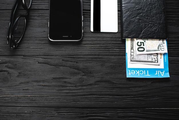 나무 검은색 테이블 티켓에는 여권과 신용 카드 포인트가 있습니다. 여행 및 여행사 개념