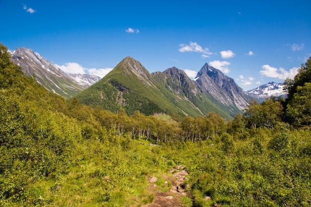 ノルウェーのスンモアアルプスの素晴らしい景色を望む山の頂上に