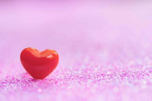 バレンタインデーに赤いハート形onbstract光ピンクキラキラ、コピースペース