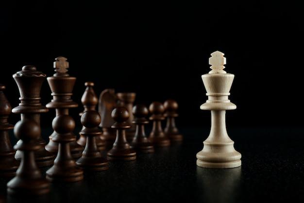 Один против многих в шахматной концепции
