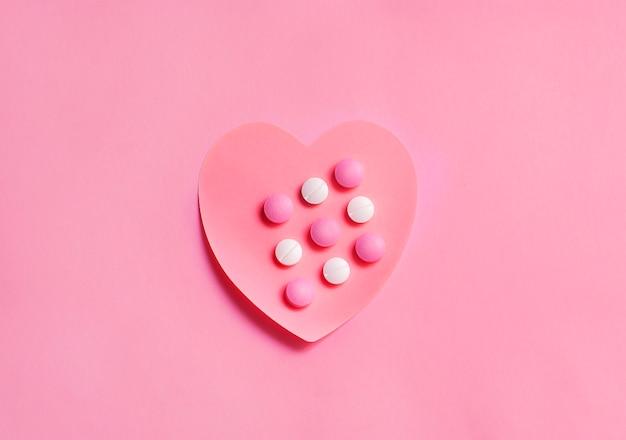 Одно красивое сердце из бумаги с таблетками лекарства на нем