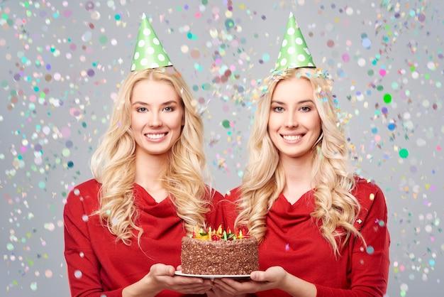 1つのバースデーケーキが2周年