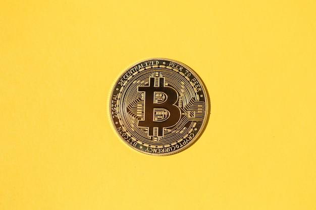 노란색 배경에 하나의 bitcoin 동전입니다. 암호 화폐의 개념, 돈과 저축.