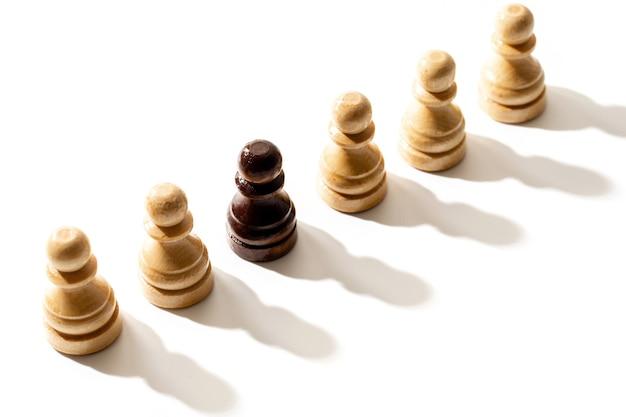 백인 중 하나의 검은 체스 폰. 인종 차별과 차별의 개념.