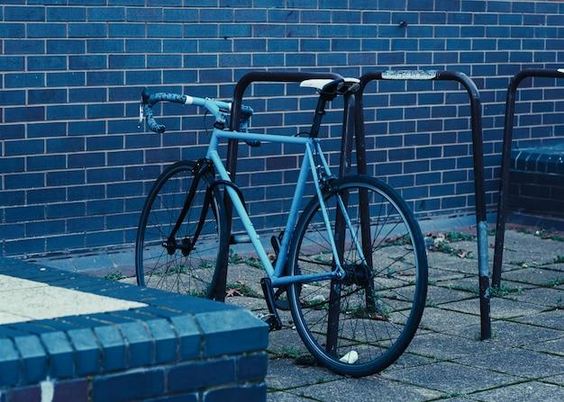도시의 거리에 파란색 자전거 한 대