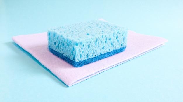 主婦が日常生活で使用する汚れを洗い、消すために使用される青いスポンジ1つ。それらは発泡体などの多孔質材料でできています。洗剤の保持力。経済的に使用できます。