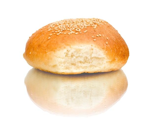 Один хлеб, изолированные на белом фоне