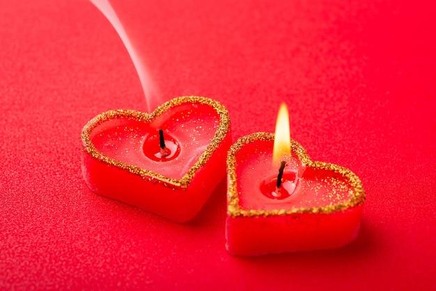 Одна горящая свеча и одна с легким дымом