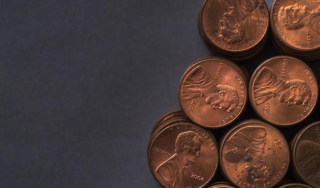 어두운 배경에 1 센트 동전 스택