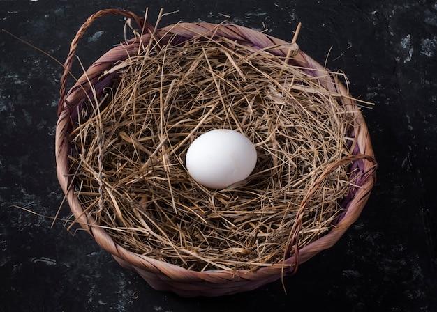 블랙에 건초 바구니에 닭고기 달걀 1 개