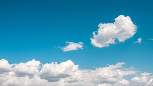 青い空に1つの雲