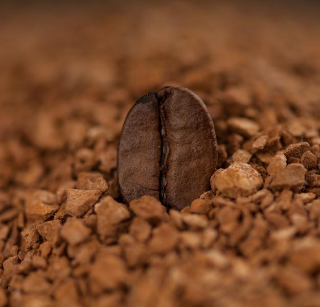グラニューコーヒーにコーヒー豆1個