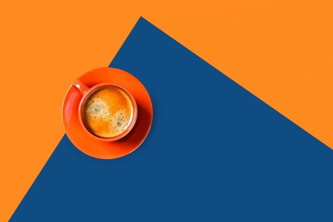 두 톤의 커피 한 잔.