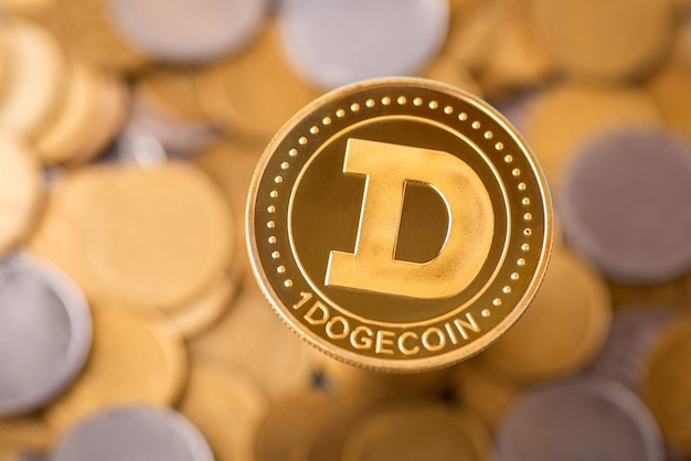 多くの金と銀のコインの背景に1つのドージコイン