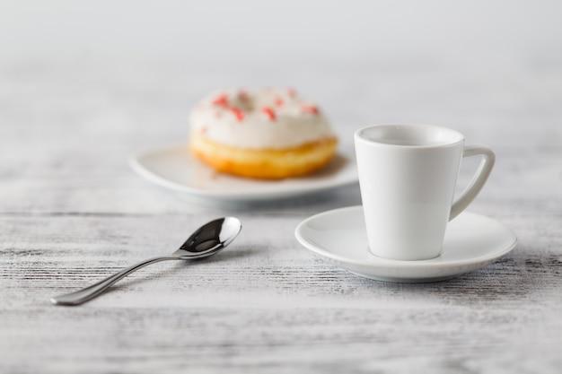 접시에 하나의 도넛 프리미엄 사진
