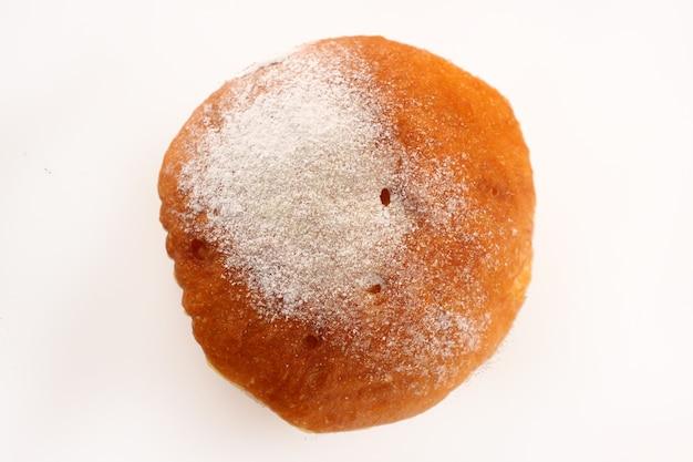 Один пончик на белой поверхности