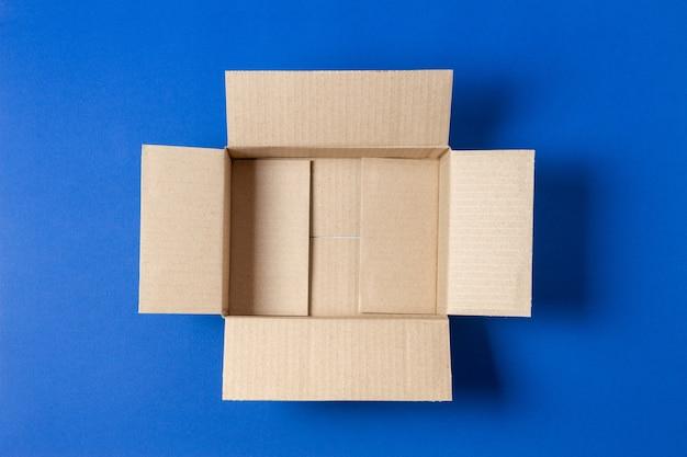 Одна пустая открытая картонная коробка