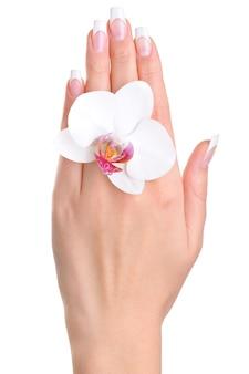 花を持つ女性の1つの手