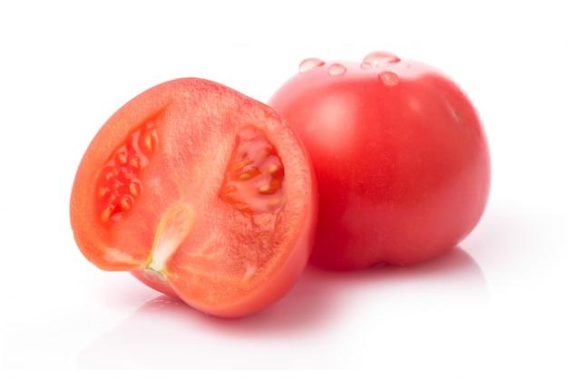 1つの新鮮な赤いトマトは、白に