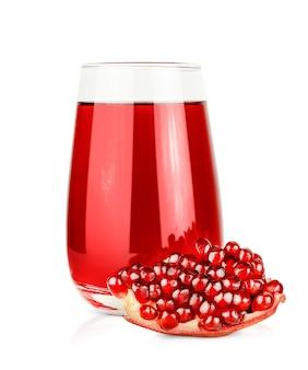 격리된 흰색 배경에 주스 한 잔과 석류 한 조각