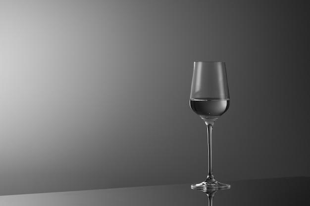 明るい灰色の背景にワイン1杯