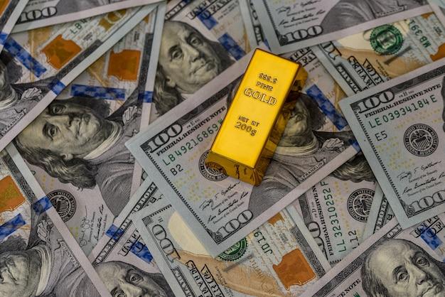 ドル紙幣のクローズアップと1つの金地金