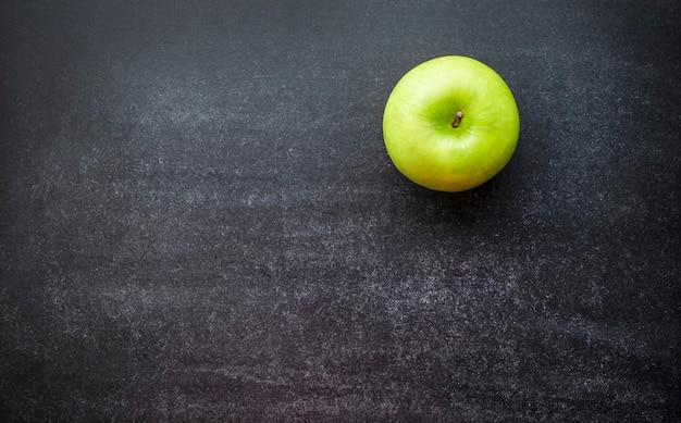 칠판에 하나의 녹색 사과