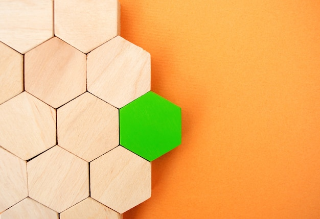 Один зеленый шестиугольник выделяется на фоне остальных. концепция лидерства и победы. несходство.