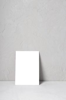 灰色のテクスチャ背景に1つのグリーティングカードのモックアップ