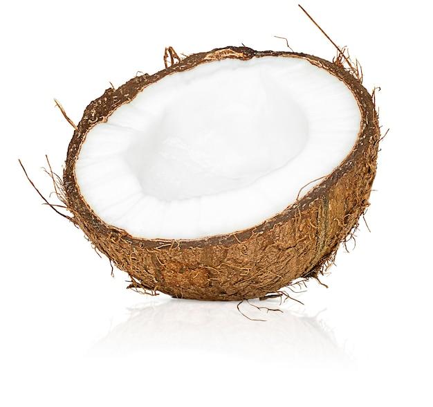 分離された白のココナッツの半分