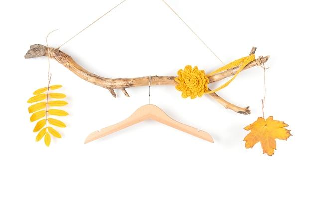 太い木の棒にハンガーを1つと黄色の葉を落とし、あらゆる目的に最適なデザインです。コンセプトシーズン秋セール