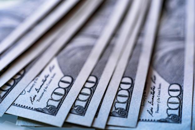 백 100 미국 달러 지폐 배경입니다. 미국 지폐 더미입니다. 미국 돈 배경의 힙입니다. 100달러 지폐