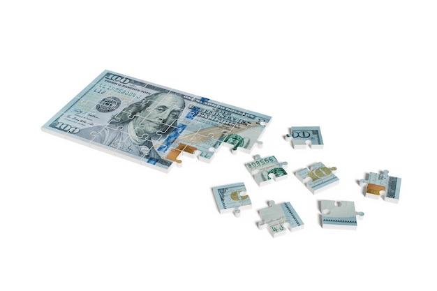 흰색 배경에 고립 된 100 달러 빌 퍼즐. 100 달러 빌 퍼즐