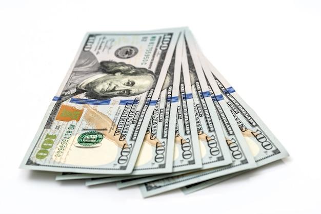 Сто долларов изолированы на белом