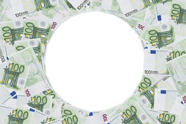 100ユーロ紙幣のフォトフレーム。 100ユーロ紙幣で作られた丸いフレーム。サークル、ラウンド、ラップ、白い背景で隔離のリング。コピースペース。テキストの場所。フォーム、デザインは空白。コピースペース。