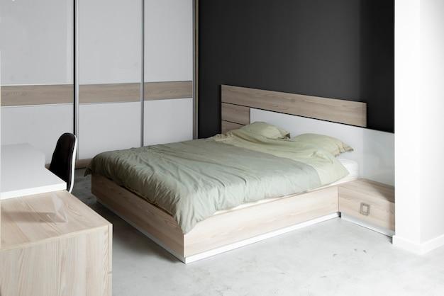 長い一日の後の残りのための1つのキングサイズのベッド