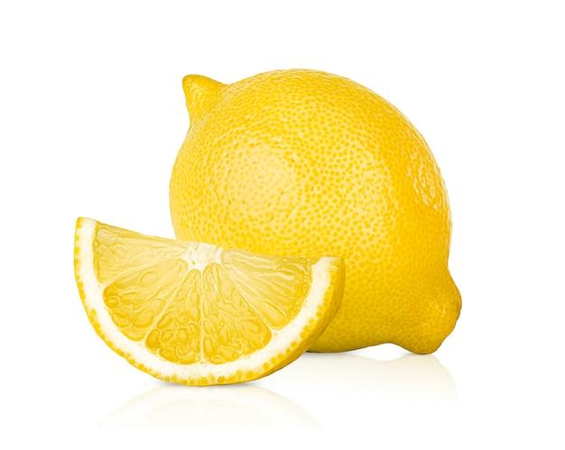 레몬 한 개와 흰색 격리된 배경에 한 조각
